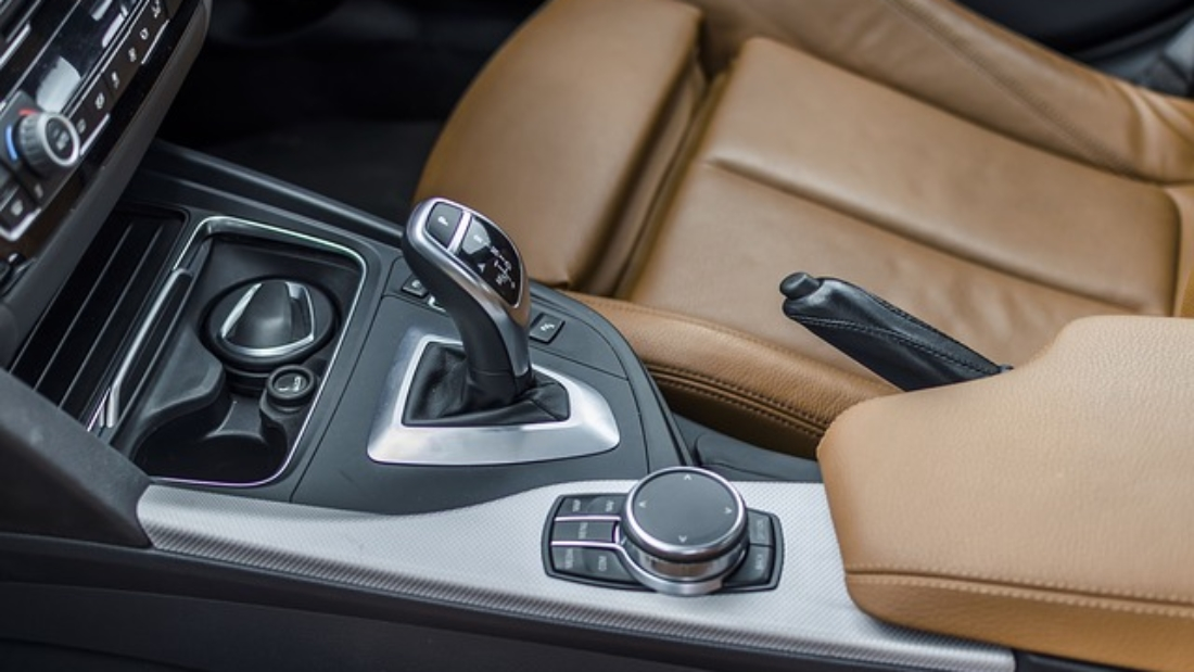 this image shows inside view if a car with automatic transmission.